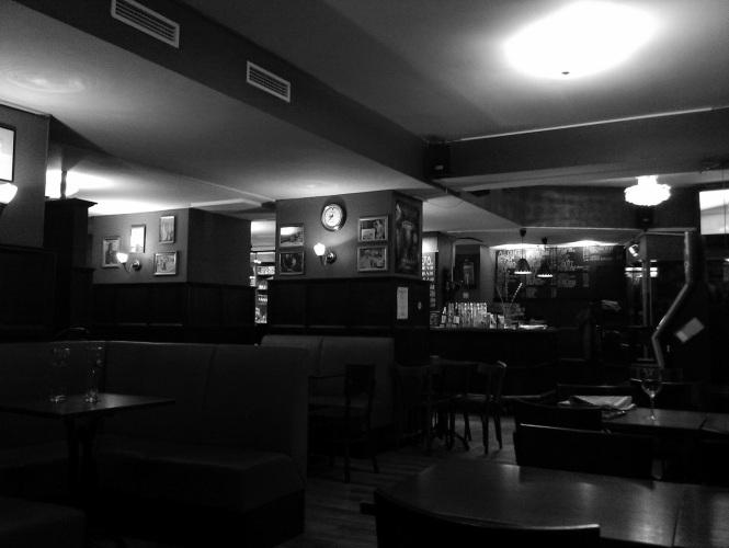 Ilta ja tyhjä baari. Joskus surullista, toisinaan ilahduttavaa.